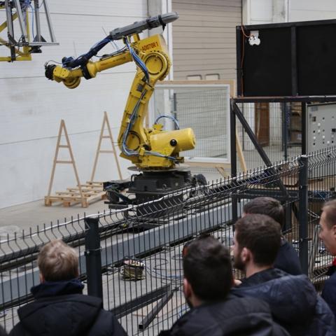 2019-12-11 Staliai dirba kartu su robotais